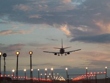 vliegtuig dat landing inzet